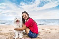 Ung kvinna som går med hunden arkivbilder
