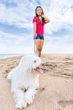 Ung kvinna som går med hunden arkivfoto