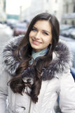 Ung kvinna som går ner den dolda gatan för snö Royaltyfri Fotografi