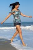 Ung kvinna som går på strand royaltyfri foto