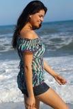 Ung kvinna som går på strand royaltyfria foton