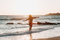 Ung kvinna som går vid havet royaltyfria bilder