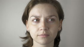 Ung kvinna som gör ögonidrottshall stock video