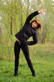 Ung kvinna som gör övningar Arkivbilder