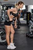 Ung kvinna som gör bicepsgenomkörare Royaltyfri Foto