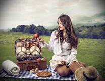 Ung kvinna som gör en pic-nic Arkivbild