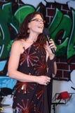 Ung kvinna som gör ett anförande arkivbilder