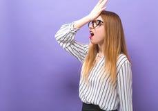 Ung kvinna som gör ett fel arkivfoton