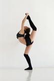 Ung kvinna som gör gymnastik eller gymnastik Royaltyfria Bilder