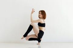 Ung kvinna som gör gymnastik eller gymnastik Arkivbilder