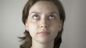 Ung kvinna som gör gymnastiska ögon stock video