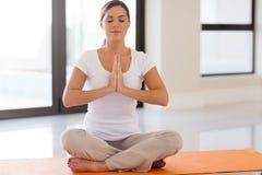 Ung kvinna som gör meditation Royaltyfria Bilder