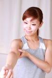 Ung kvinna som gör självarmmassage Royaltyfri Fotografi