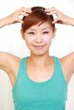 Ung kvinna som gör självhuvudmassage Arkivfoton