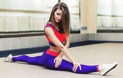 Ung kvinna som gör splittring på golvet Royaltyfri Fotografi