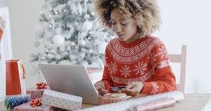 Ung kvinna som gör Xmas som direktanslutet shoppar royaltyfria foton