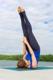 Ung kvinna som gör yogaövning på matta 14 Arkivfoto