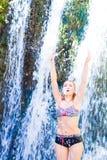 Ung kvinna som gör yoga Arkivbild