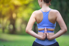 Ung kvinna som gör yoga i parkera Arkivbilder