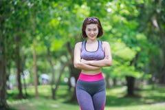Ung kvinna som gör yoga i parkera Royaltyfria Bilder