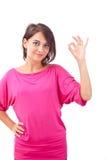 Ung kvinna som göra en gest en okay Royaltyfria Bilder