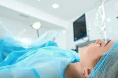 Ung kvinna som genomgår kirurgi på sjukhuset Royaltyfri Foto