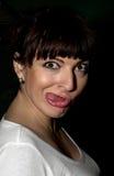 Ung kvinna som gör en rolig framsida Royaltyfria Bilder