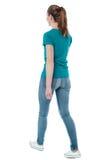 Ung kvinna som går, studioskott Arkivfoto
