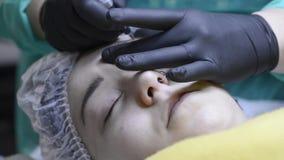 Ung kvinna som har ögonbrynkorrigering stock video