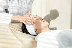 Ung kvinna som har ansikts- massage royaltyfri fotografi