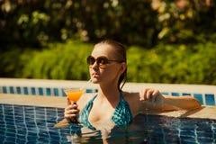 Ung kvinna som har bra tid i simning Fotografering för Bildbyråer