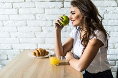Ung kvinna som har den hemmastadda frukosten och att äta sund mat royaltyfria bilder