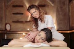Ung kvinna som har en massage arkivfoton