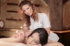 Ung kvinna som har en massage fotografering för bildbyråer