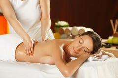 Ung kvinna som har en tillbaka massage arkivfoton