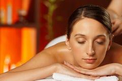 Ung kvinna som har en tillbaka massage royaltyfria bilder
