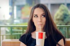 Ung kvinna som har en uppfriskande drink för sommar utanför Royaltyfria Bilder