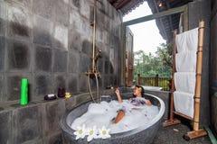 Ung kvinna som har ett bad Fotografering för Bildbyråer