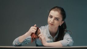 Ung kvinna som har finansiella problem reflexion för pengar för begreppsgodshus verklig stock video
