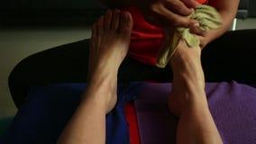 Ung kvinna som har fotmassage i skönhetbrunnsortsalong ben för närbildkvinna` s och händer för massör` s stock video