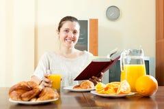 Ung kvinna som har frukosten Arkivbilder