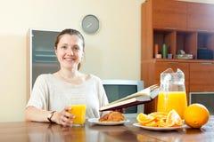 Ung kvinna som har frukosten Fotografering för Bildbyråer