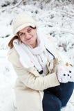 Ung kvinna som har gyckel med snow på vinterdag Royaltyfri Fotografi