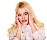 Ung kvinna som har huvudvärk. Arkivbild