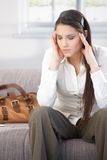 Ung kvinna som har huvudvärk efter arbete Royaltyfria Bilder