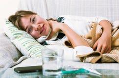 Ung kvinna som har tungt sjukligt quinsy fotografering för bildbyråer