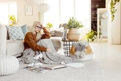 Ung kvinna som hemma lider med influensa royaltyfri fotografi