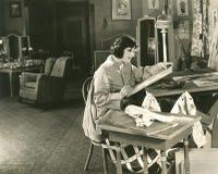 Ung kvinna som hemma målar arkivfoton