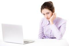 Ung kvinna som inte är upplagd för arbete framme av bärbara datorn Royaltyfri Fotografi
