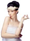 Ung kvinna som isoleras på vit iklädd studiobakgrund udden av organza och den härliga tiaran Royaltyfri Foto